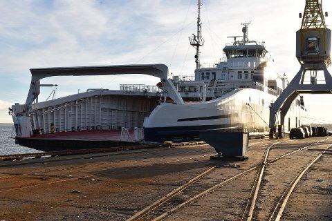 FEIL KAI: Her er Bastø IV fortøyd ved kaia som normalt er anløp for båter med stållast. Likevel har ikke Bastø IV skiftet beite. Fergen har bare en pause. Og Bastø Fosen har stålkontroll.