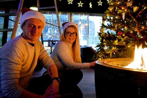 GOD JUL!: Kasper Østergaard Wesell og Celina Stokkenes er klare for en stor dose julestemning etter julegrantenningen.