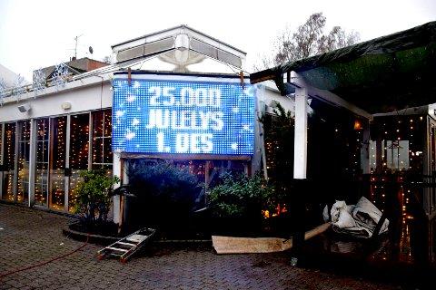 1. DESEMBER: Her tennes  25.000 julelys, om ikke flere.