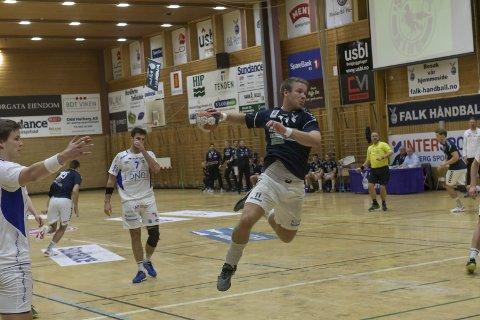 MÅ BRUKE: Klister er en del av seniorhåndballen for Michael Jonassen og resten av Falk, men fører til mye klisterrester i hallen. Dette er klubbens oppgave å gjøre rent dette.