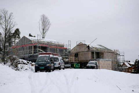 FIKK BESØK: Centrum bygg setter opp to boliger i Løvøyveien, i samarbeid med Haslestad maskinentreprenør. Da bildet ble tatt foregikk det usikrede arbeider på taket. Det oppdaget Arbeidstilsynet.