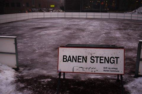 FOR VARMT: Det må en lengre periode med kuldegrader til for at skøytebanen på torget skal kunne bli tatt i bruk.