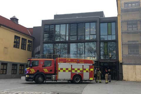 PÅ PLASS: Da brannalarmen gikk på Sentrum skole, var brannvesenet på plass i løpet av få minutter.