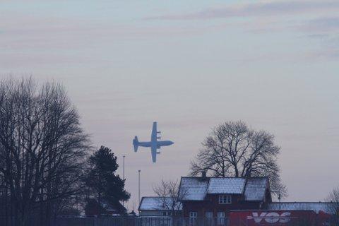 LAV HØYDE: Militærfly under taktisk flyging ved Horten onsdag.