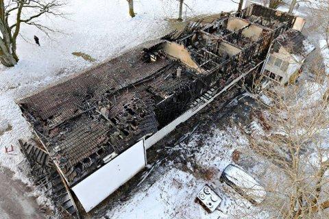 BRANN: Slik så bygget ut dagen etter dødsbrannen. Etter den tid har det falt atskillig mer snø.