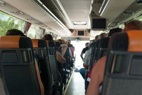 PÅ BUSSEN: Kvinnen våknet av at den mannlige passasjeren i setet ved siden av, hadde lagt hånden hennes på sitt eget lår, mens han satt og befølte seg selv under jakken han hadde i fanget. Illustrasjonsfoto: Dmitri Maruta / Colourbox