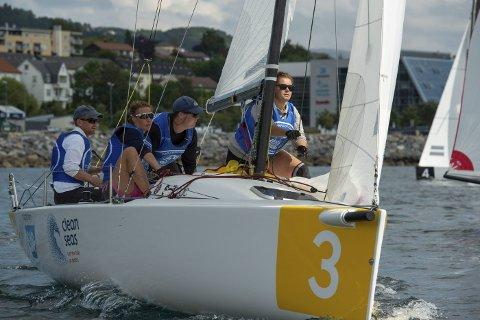 Teamwork: Hele mannskapet er like viktig når det er snakk om regatta. Rormann Jostein Grødem har her med seg Karen Kristoffersen, Trym Markussen og Andrea Rolstad. foto: MORTEN JENSEN
