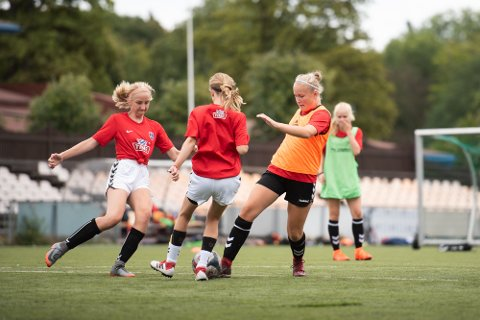 TØFFE TAK: Mathilde Skjærstad (i orange vest) i kamp om ballen.