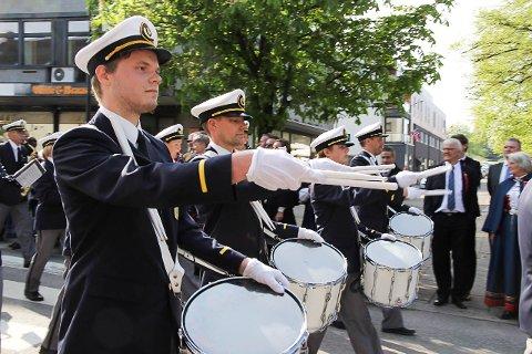 PÅ REKKE OG RAD: Veldig mange satte pris på Ungdomsmusikkens paraderekke. Nå vil korpset gjerne ha på plass en ny rekke til årets marsjsesong.
