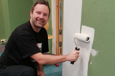 DUGNAD: Niklas Cederby syntes skolen fortjente et nytt malingsstrøk innvendig. Først samlet han inn penger til det. Så trommet han sammen til dugnad.