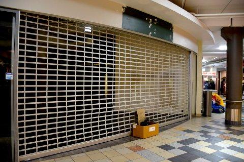 STENGT: Det er bare en eske med gratis kleshengere igjen etter veskebutikken på Sjøsiden.