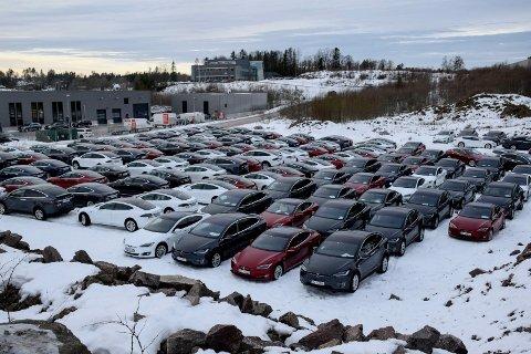 BILPARKEN: Teslaer på rekke og rad vekker oppsikt på Skoppum.