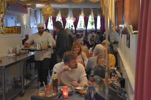 TRAVELT: Det var mye å gjøre for servitørene på flere av spisestedene da Gjengangeren var på besøk tidligere i uken. Bildet er tatt i den indiske restauranten Himalaya.
