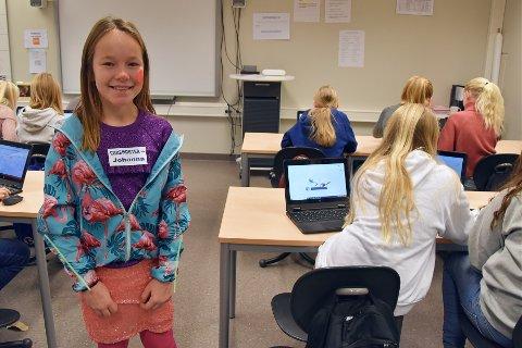 GØY: Flere elever ved Åsgården skole i Åsgårdstrand fikk muligheten til å hjelpe medelevene sine under skolens kodedag. Johanna Helgestad Bachmann (10) trivdes godt i denne rollen.