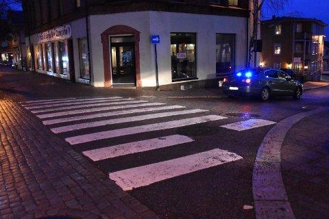 ULYKKESSTEDET: Påkjørselen skal ha skjedd da personen krysset dette gangfeltet i Storgata.