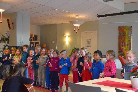 JULESTEMNING: Barnehagebarn fra Skavli barnehage gikk i halvannen time i bitende kulde for å komme seg til aktivitetssenteret. Dette gjorde de for å skape julestemning på Horten Aktivitetssenter.