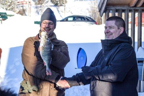 Her er vinneren med den største fisken på 1,1 kilo.