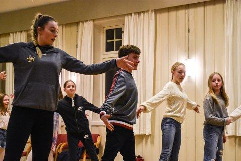 DANSETRINN: Mange replikker skal pugges og mange dansetrinn skal innøves.