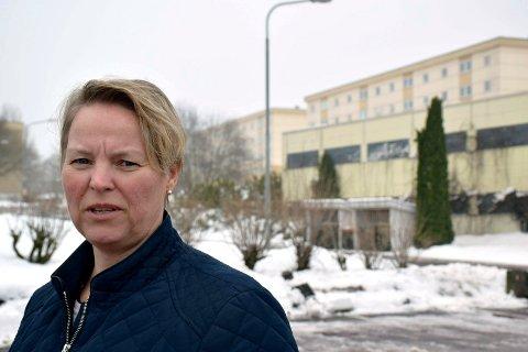HORTEN MÅ TENKE NYTT: Benedikte Skogsholm peker på at det er tungvint for studenter og pendlere uten bil å bo i Holtandalen.