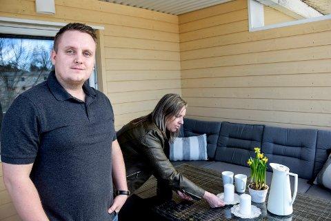 IKKE SÅ DUMT: Marius Johansen så ikke helt vitsen med at noen skulle style hans leilighet før den ble lagt ut for salg, men Rebekka Kronborg plukket på de siste, men avgjørende detaljene.