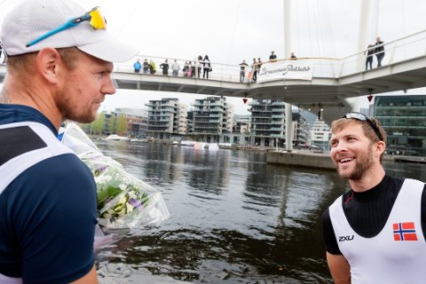 GRATULERTE: Olaf Tufte ble nummer fire i Drammen River Cup Regatta 2019. Her gratulerer han Kristoffer Brun med seieren.