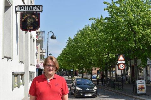 FØLGER REGLENE: Thomas Larsen-Nyborg ved Saxon King var blant de elleve stedene som ble kontrollert i helga. Kontrollørene var godt fornøyde med resultatet.