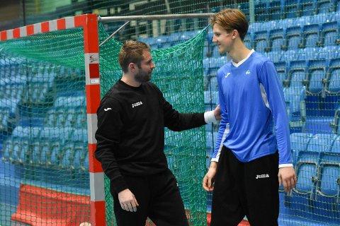 TIL FALK: Sander Akerlie (t.h.), her sammen med keeper Goran Rajkovic, på DHK-trening forrige sesong.
