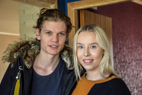 PÅ VISNING: Johannes Numme (22) og Yvonne Fjørtoft Fredriksen (21) var på utkikk etter et hus de kan pusse opp selv. Boligen i Kiellandsgate var interessant.
