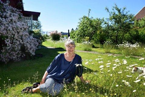 ØKOLOGISK HAGE: Elisabeth Balster har  fått høre at hagen hennes er ustelt. Selv oppfordrer hun andre hageeiere til å følge hennes eksempel.