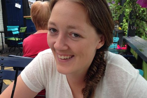 FORSKER: Hanne Næss Hjetland har ennå ikke fylt 35, men har likevel oppnådd mye. Nå får hun medalje av selveste Kongen! Bildet ble tatt under et besøk på Stallen i Horten.