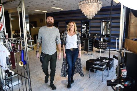 Marius Stensnes Bjerkeskaug har barbersalong i frisørsalongen Headhunters i Storgata i Horten. Salongen drives sammen med kona Charlotte Stensnes Bjerkeskaug.