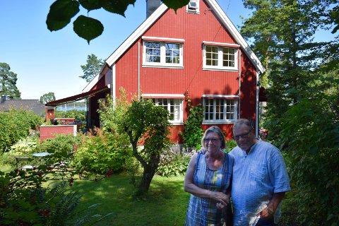 ET ENKLERE LIV: Astri og Bjørn Bryde er klare for å bytte ut boligen på Apenes med en leilighet midt i byen. Men hagen vil de savne.