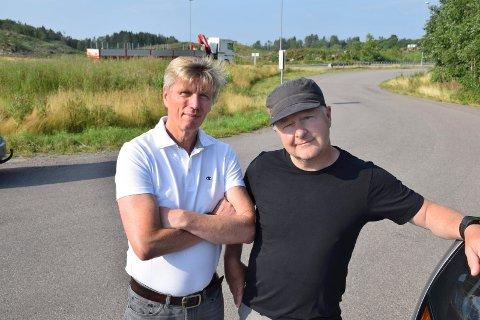 NEI TIL FLATEPARKERING: I Horten er det politisk enighet om at det må bygges parkeringshus på Skoppum. Svein-Erik Figved (MDG) og Are Karlsen (Ap) mener det må la seg realisere før stasjonen åpner høsten 2024.