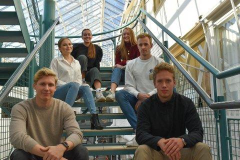 SPENNENDE: Bak fra venstre: Marthe Danielsen, Thea Pedersen, Elene Sennerud, Haakon Hodne Limtun, Fredrik Henriksen Rame og Sondre Poulsen er alle tredjeårsstudenter på produktdesignlinja ved USN.