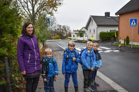 FORNØYDE: Ellen Elizabeth Davis er glad for at krysset Aschehougs gate/Lillaasveien nå er blitt enda mer trafikksikkert. Det samme er Raun Haugen (6), Ask Haugen (7), Henrik Sagvik (8) og Niclas Gunnestad.