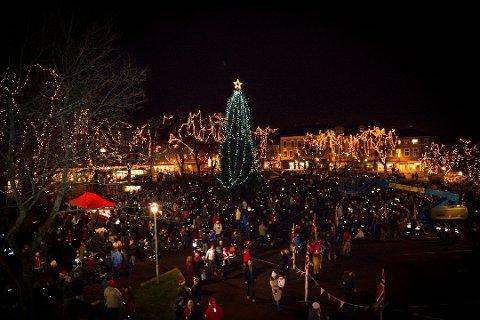 DU GRØNNE GLITRENDE: Det blir gjort litt stas på julegrantenninga på Horten Torg i år også.