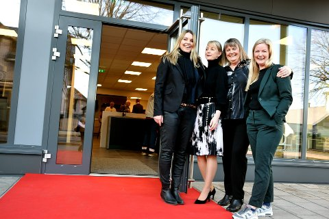 HURRA: Leder av Horten næringsforening, Sølvi Foss, Therese Gjessvåg fra Storgata Eiendom og kjøkkenkonsulentene Kirsti Sveberg og Victhoria Bjune på den røde løper i Storgata.