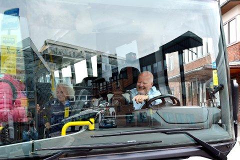 MYE KONTAKT: Bussjåfører har kontakt med svært mange mennesker i løpet av en arbeidsdag. Nå settes det inn tiltak for å beskytte sjåførene mot smitte.