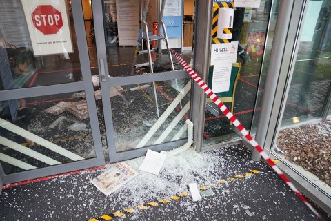 KNUSTE SEG INN: Den koronatestede mannen knuste seg inn på sykehuset i Levanger ved 7-tiden lørdag morgen.