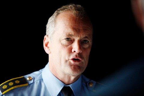 Øystein Holt i politiet anbefaler butikkeierne om å ha et bevisst forhold til forebygging mot innbrudd.