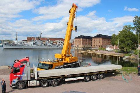 NYE BRYGGER: De nye massive bryggene til Roklubben er ankommet og sjøsatt.