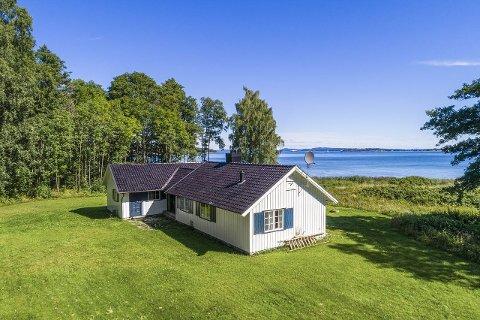 SOLGT: Rundt  20 familier, med følge, meldte sin interesse for hytta ved Kyststien på Borre sist lørdag. Mandag ettermiddag var den solgt til rekordpris.