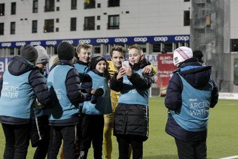 Bodø/Glimts Håkon Evjen tok seg god tid til selfies med ballguttene etter eliteseriekampen mellom Bodø/Glimt og Kristiansund på Aspmyra stadion i 2019.