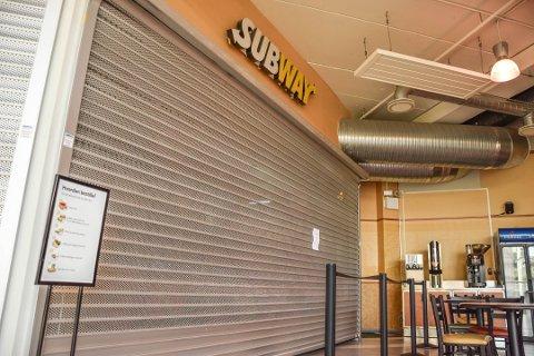 STENGTE DØRER: Dette var synet som møtte sultne kunder da de gikk for å besøke Subway i starten av juni.