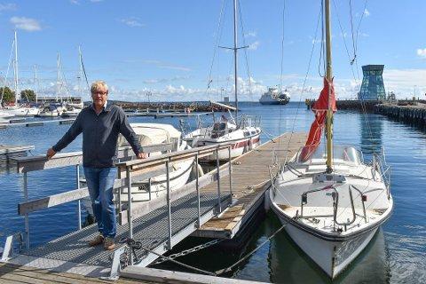 FÅR REGNINGEN: Selv om det er båteier selv som skal betale, ender det som oftest med at grunneier blir sittende igjen med regningen. Til stor frustrasjon for havnefogd Espen Eliassen.