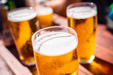 SLUTT PÅ SKJENKESTOPP: Fra fredag kan steder som serverer mat også kunne servere alkohol.