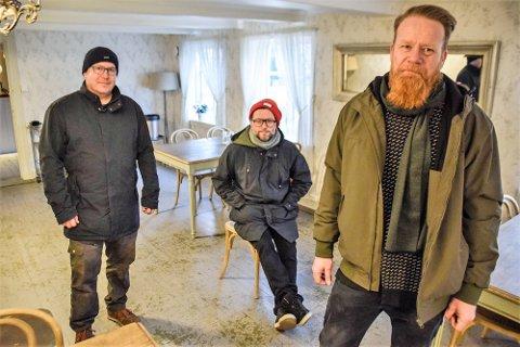 HELL I UHELL: Innehaverne Michael Råknes, Henrik Lysell og Christoffer Rød er lykkelige over at bare den nyeste delen av bygningsmassen ble skadet i lekkasjen.