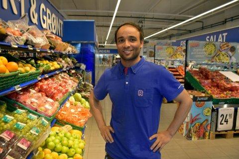 TAKKNEMLIG: Butikksjef på Rema 1000 Linden Park Hazrat Bilal Siddiqi er takknemlig for at de får holde søndagsåpent igjen.