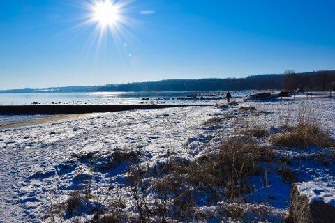 BRRRRR: Å gå en tur langs Borrestranda kan bli en kald affære, også i uka som kommer.