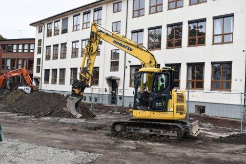 MYE ARBEID: Det er gjort omfattende arbeider både utvendig og innvendig for å bygge om Bekkegata fra videregående skole til barneskole.